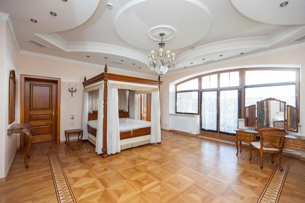 Площадь особняка —1,5тыс.кв.м, натрех уровнях находятся пять спален
