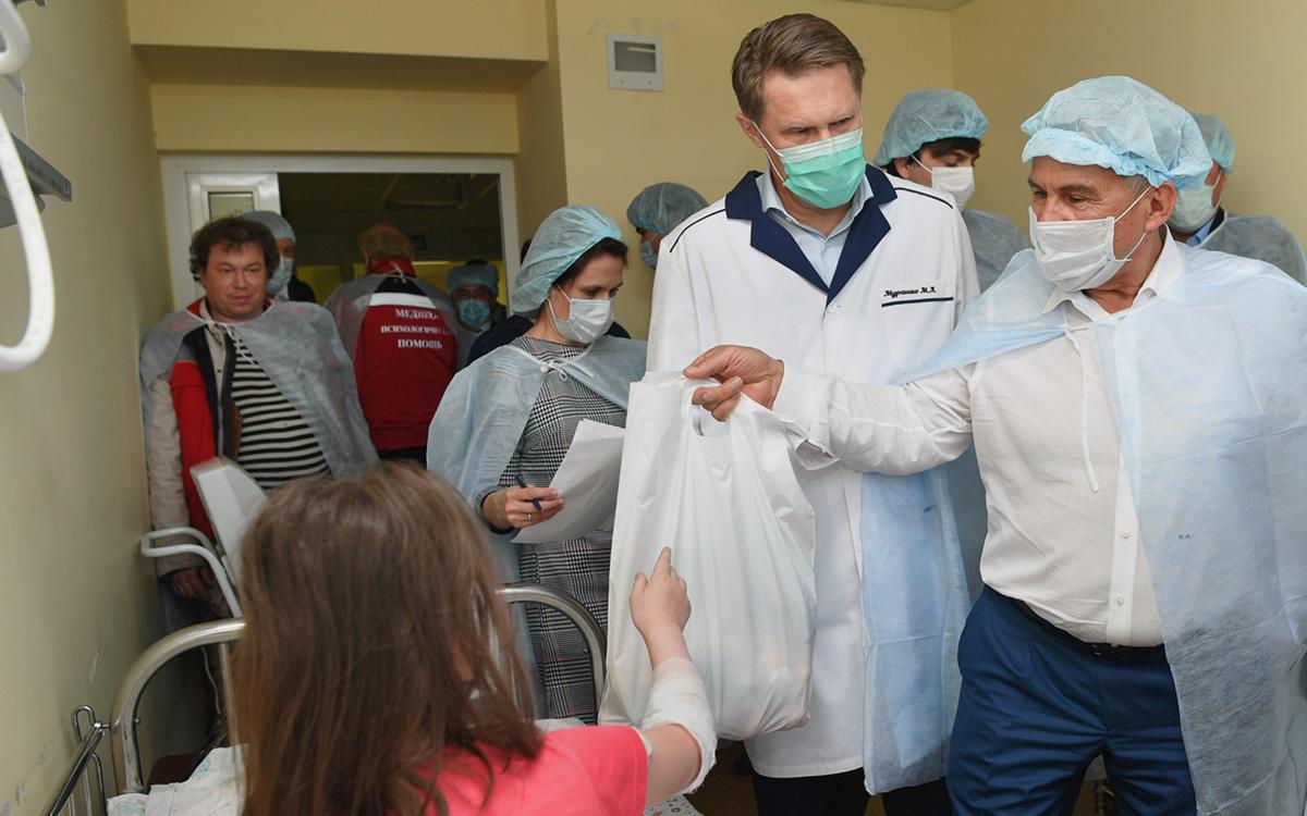 Михаил Мурашко и Рустам Минниханов во время посещения казанской республиканской детской клинической больницы