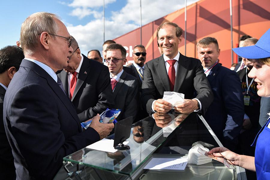 Владимир Путин покупает мороженое на открытии Международного авиационно-космического салона МАКС-2019 в Жуковском