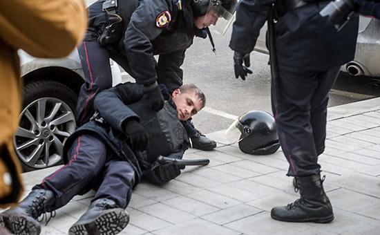 Полицейский, пострадавший вовремя акции протеста вцентре Москвы