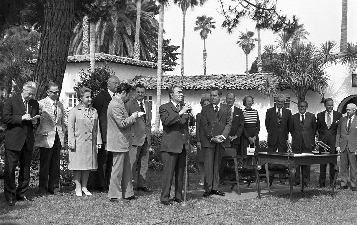 Брежнев и Никсон на лужайке перед виллой. 1973 год