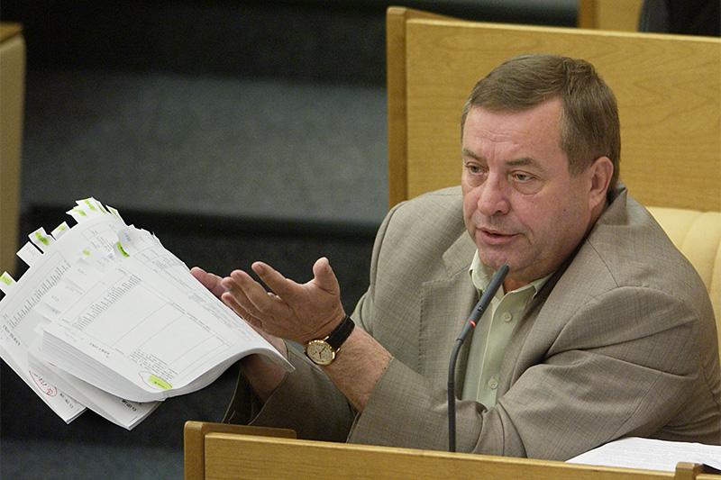 Геннадий Селезнев, как и Грызлов, был спикером Госдумы двух созывов (1996–2003). В парламент он попал от КПРФ, но в 2002году был исключен из партии за отказ выполнить требование об уходе с поста спикера. Селезнев основал Партию возрождения России и в декабре 2003года снова был избран в Думу. В июле 2015года он скончался