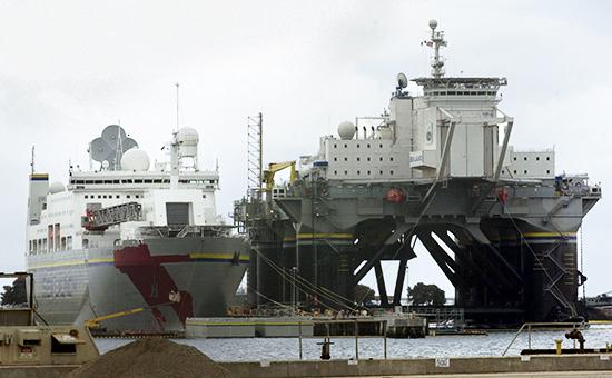 Корабль Sea Launch Commander (слева) иплатформа Odyssey. Апрель 2002 года