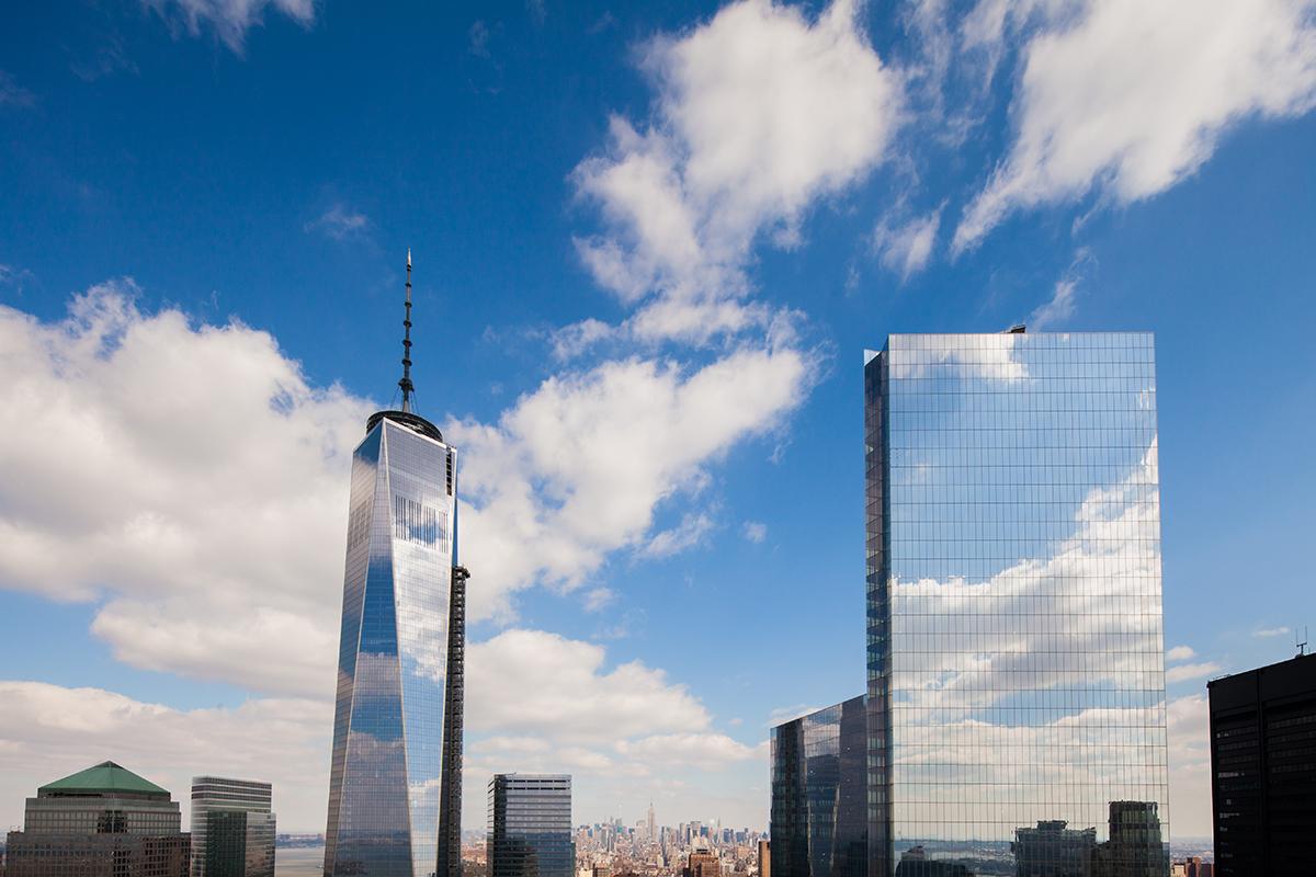 Слева — самое высокое сооружениеСША, One World Trade Center, справа—небоскреб Фумихико Маки