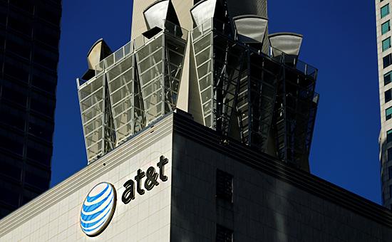 Логотип AT&T на здании в Лос-Анджелесе