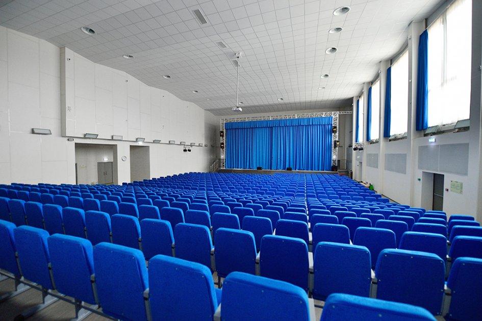 Для массовых мероприятий и групповых проектов в школе есть большая библиотека, рассчитанная на 90 человек и 60 тыс. книг, и мультимедийный зал, который может вместить до 725 человек одновременно