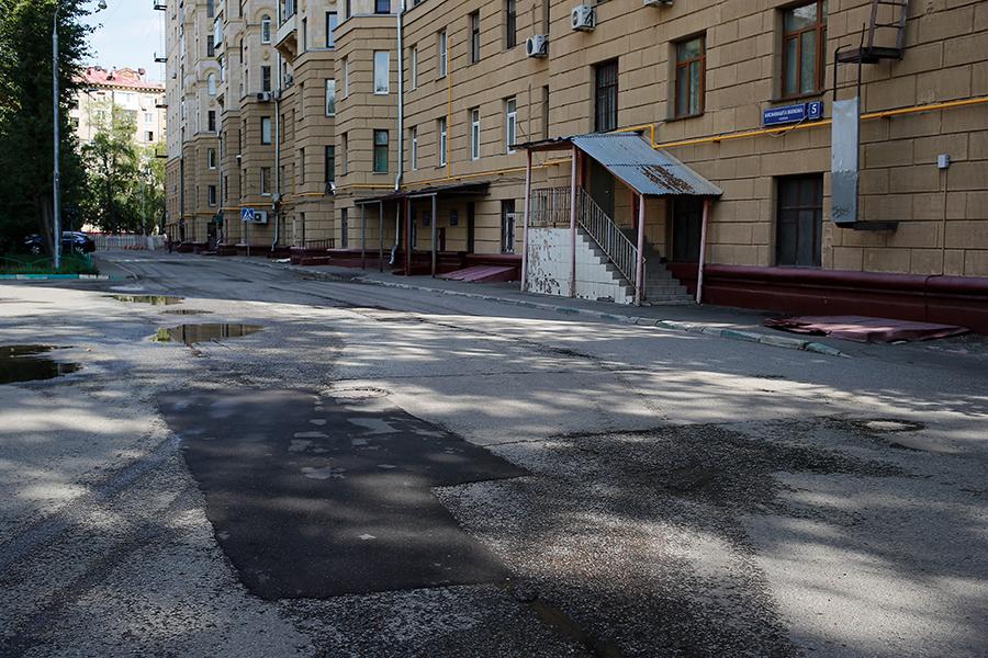 Проезд между Ленинградским шоссе и 2-м Новоподмосковным переулком в районе станции метро «Войковская». Июль 2019 года, перед плановым ремонтом