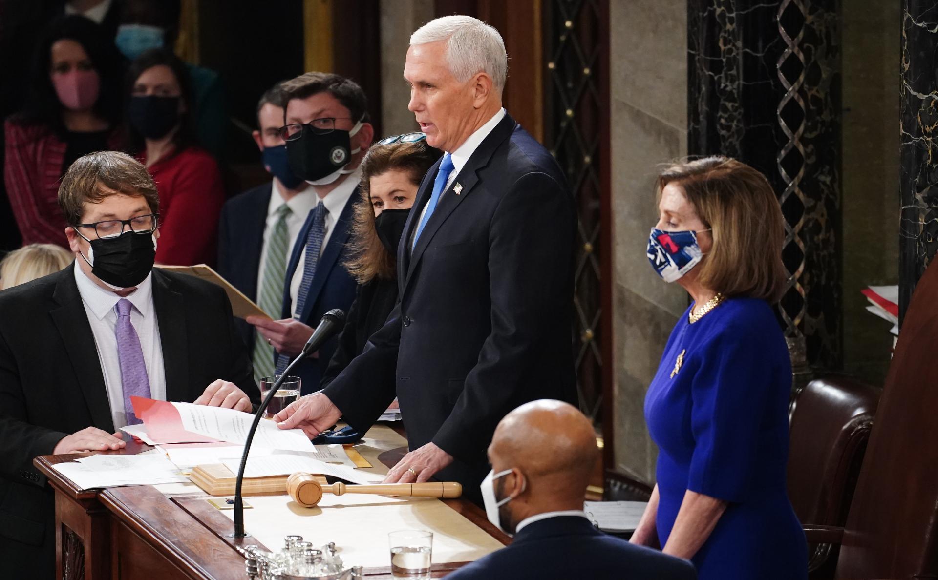 Вице-президент США Майк Пенс на заседании Сената по утверждению итогов выборов