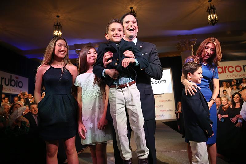 Республиканец и сенатор от Флориды Марко Рубио (на фото  с семьей) — сын кубинских иммигрантов. Егородители приехали в США в 1956 году и получили гражданство в 1975-м