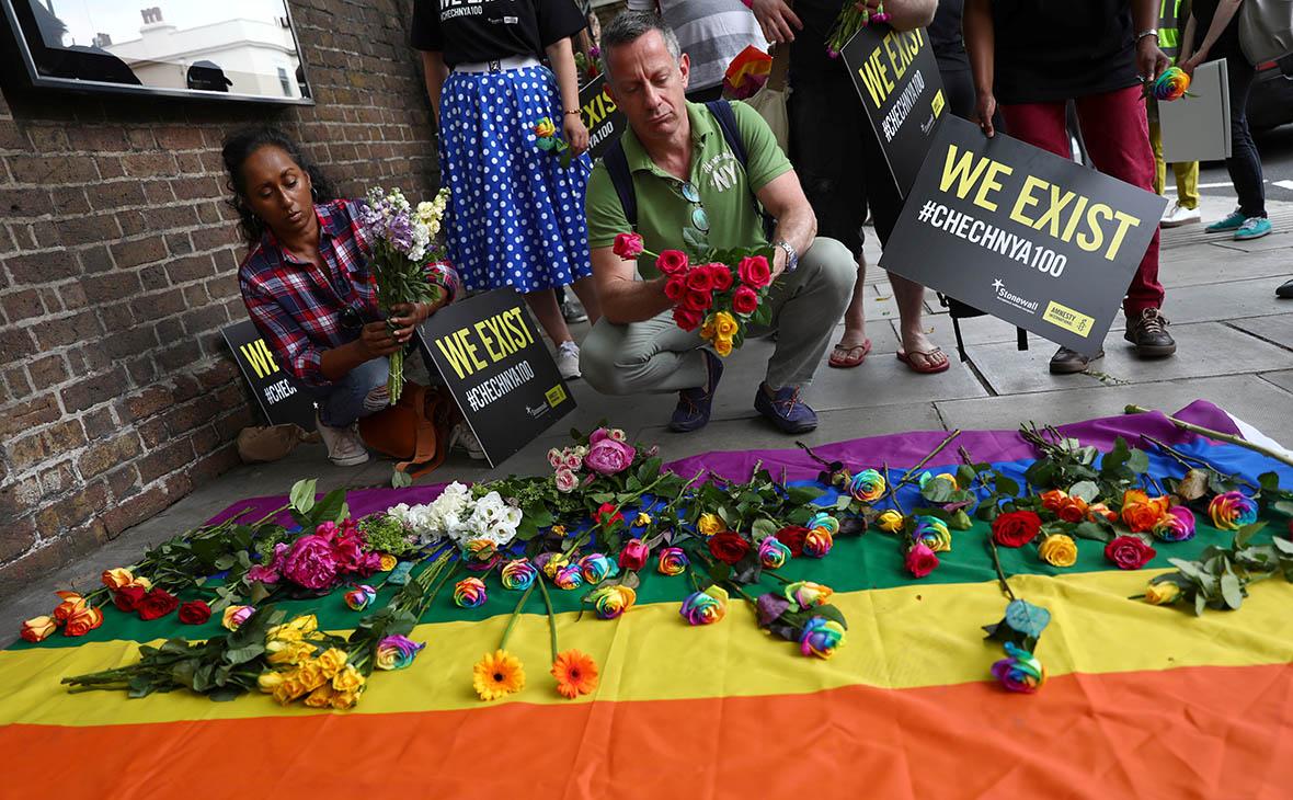 Активисты возлагают цветы у российского посольства в Лондоне в знак протеста против нарушения прав ЛГБТ в Чечне