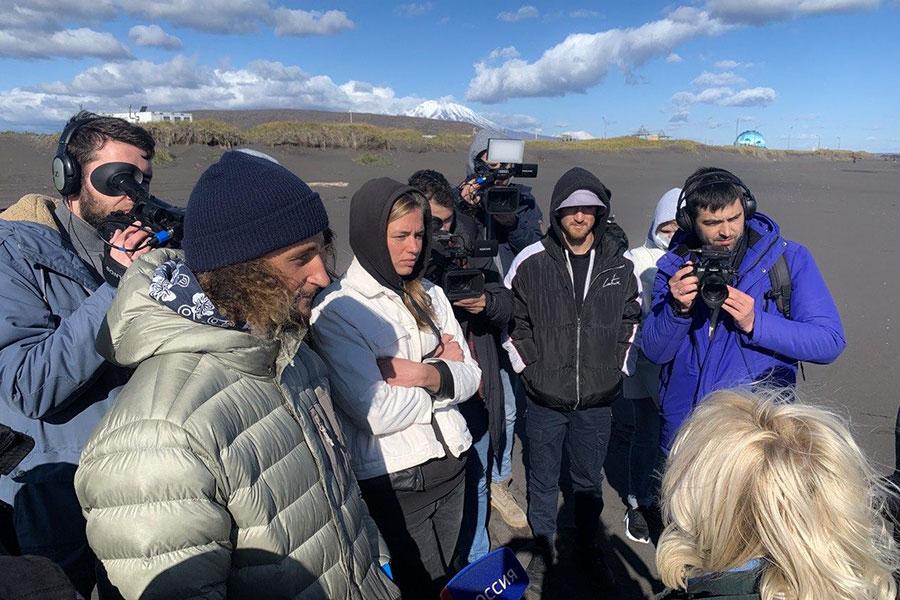 Сотрудники серф-лагеря Snowave на встрече с чиновниками наХалактырском пляже, 8 октября