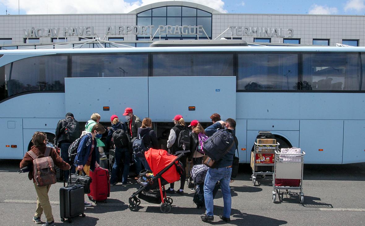 Попавшие под сокращение сотрудники посольства России покинули Прагу