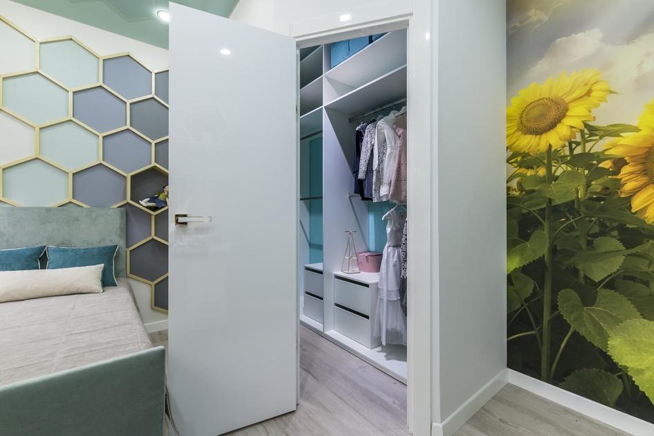 Снаружи встроенный шкаф можно принять задверь всоседнюю комнату