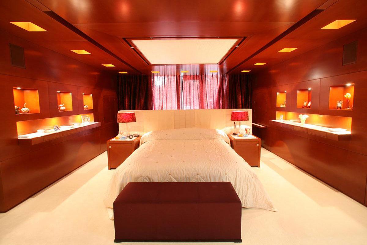 На участке находится гостевой дом площадью 675кв. м сбанкетным залом, столовой, кинотеатром, домашним рестораном, открытым бассейном