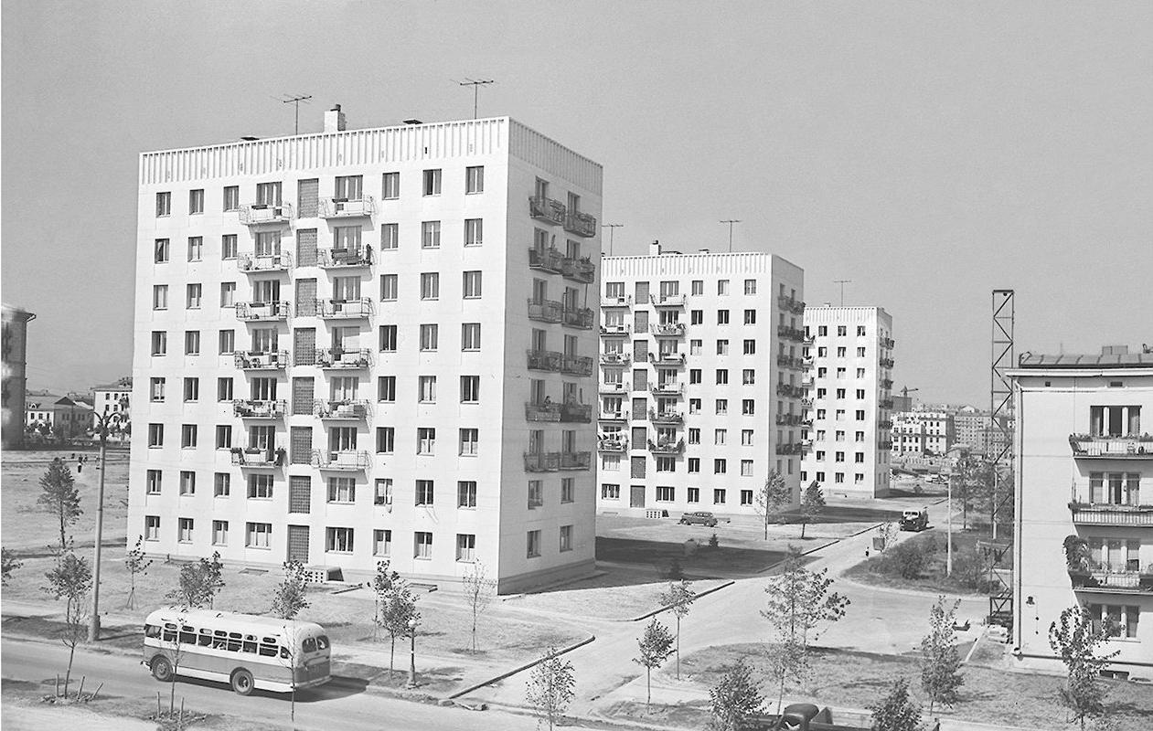 Вид на новый жилой район в Черемушках с автобусным движением, организованным для транспортного обслуживания жителей. Авторы Б. Трепетов, В.Мастюков. Август 1958 года