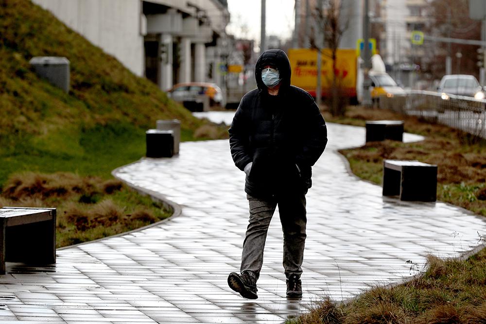Мужчина в медицинской маске на одной из улиц города. Период с 28 марта по 30 апреля 2020 года объявлен в России нерабочим с целью предотвращения распространения коронавирусной инфекции