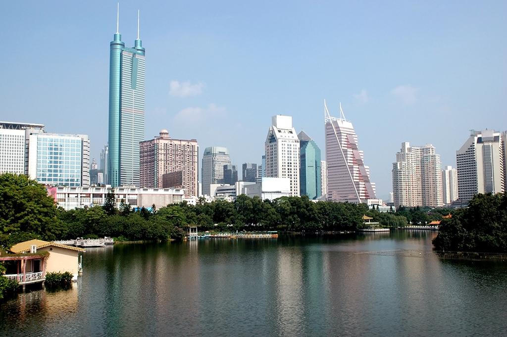 №25. Башня Сеньхин (Shun Hing Square)    Высота: 384м, 69 этажей Место: Шэньчжэнь, Китай Назначение: офисы Архитектура: American Design Associates +K.Y. Cheung Design Associate Дата строительства: 1996 год