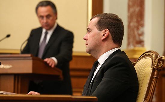 Премьер-министр России Дмитрий Медведев (на первом плане) и Виталий Мутко (на втором плане) во время заседания президиума правительства РФ