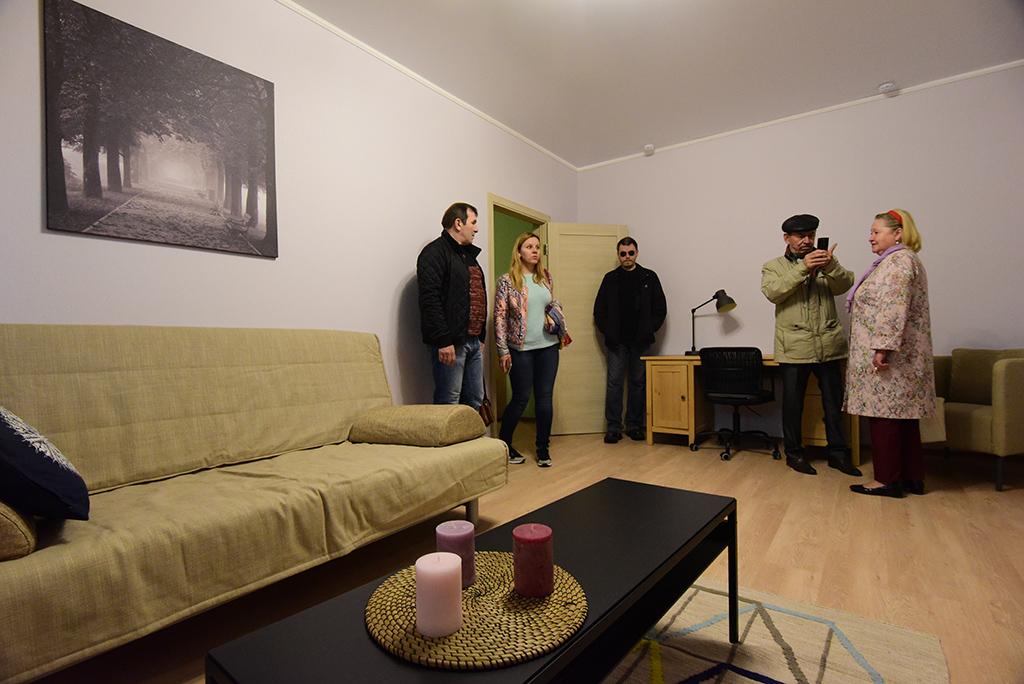 Комнаты в 2017-м  В современных новостройках все помещения изолированы друг от друга. Ширина прямоугольных комнат увеличилась и теперь составляет не менее 3,4 м. Многие застройщики стараются проектировать квадратные комнаты, так как они удобнее для расстановки мебели и выглядят просторнее. Площадь спален в большинстве массовых новостроек сегодня составляет 12–15 кв. м, гостиных — 14–18 кв. м  На фото: шоу-рум программы реновации, июль 2017 года