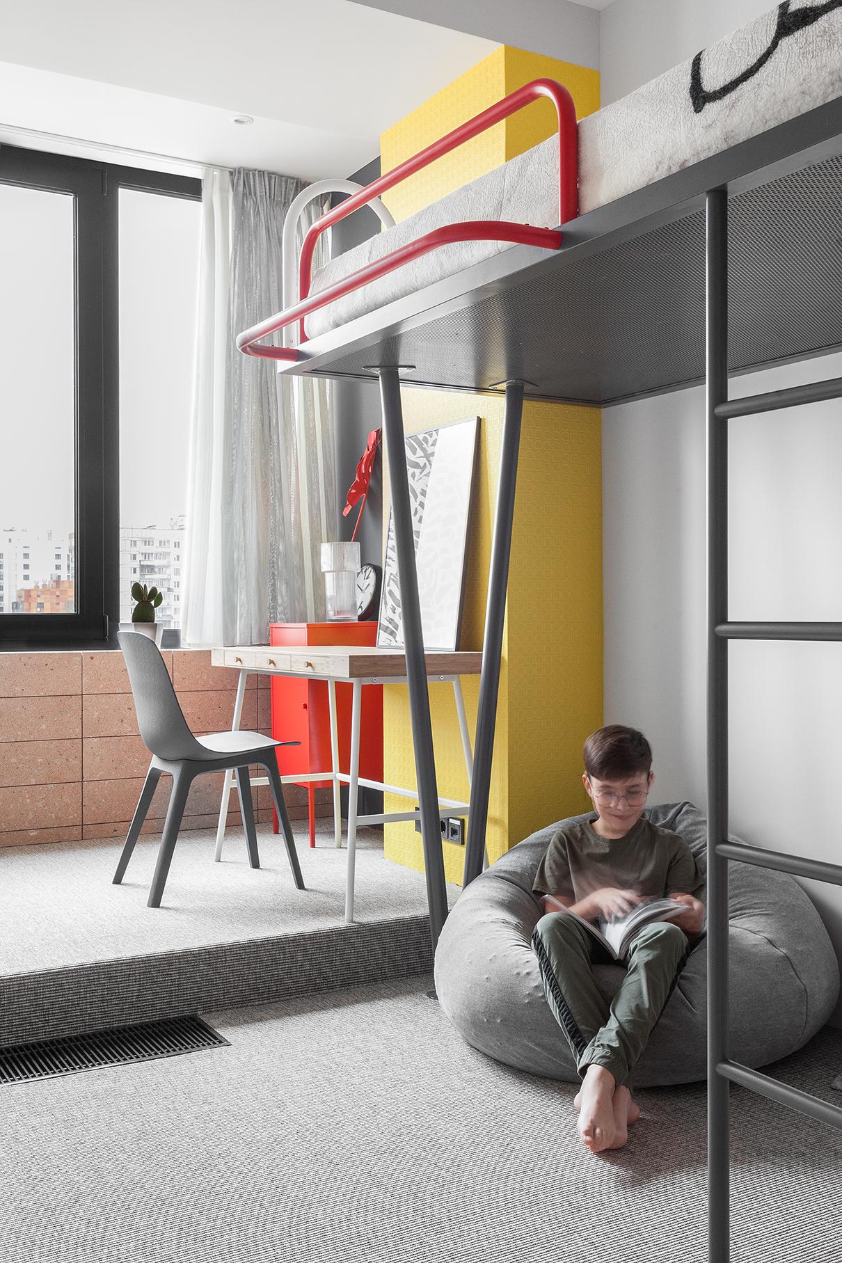 В детской пол, переходящий в подиум, укрыт ковровой циновкой Balta Nature. Стена под окном облицована фасадной плиткой из натурального туфа. Кровать-чердак выполнена из металлических трубок разного диаметра по эскизам и чертежам архитекторов. Рабочее место ребенка — из IKEA