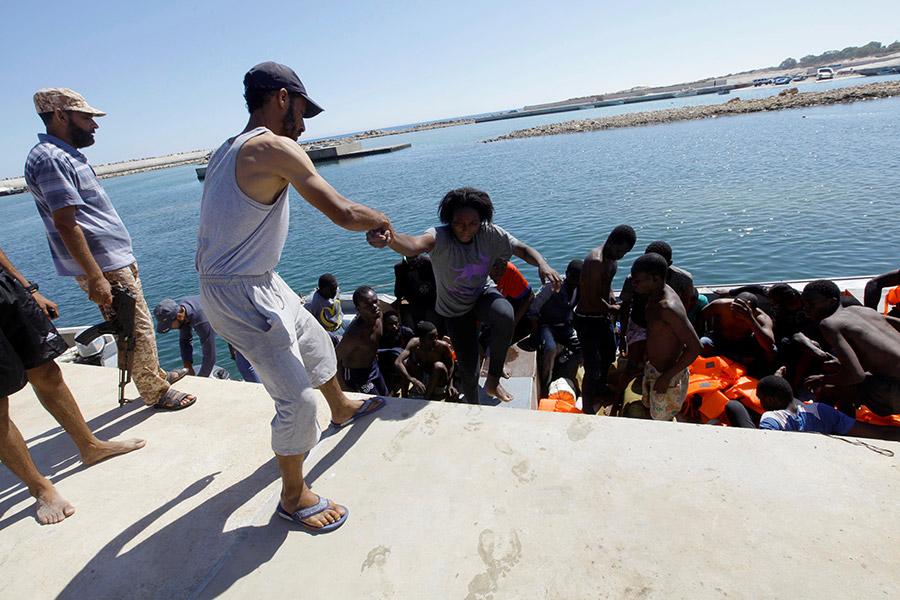 Картинки по запросу ливия нелегалы море полиция