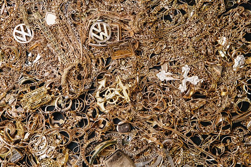 Это золото не выкупили из московских ломбардов – оно пойдет на переплавку  (Фото  Антон Беркасов для РБК) da05056e897