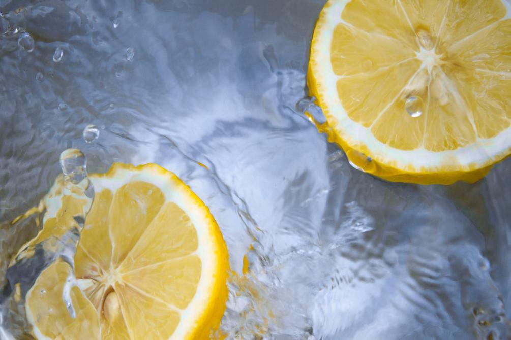 Вода, кубик льда или ломтик лимона – популярные средства при борьбе с икотой