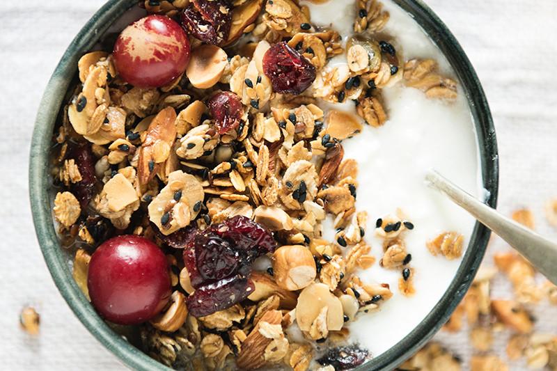 Если хочется есть перед сном, постарайтесь подобрать продукты со здоровыми жирами и «умными» углеводами