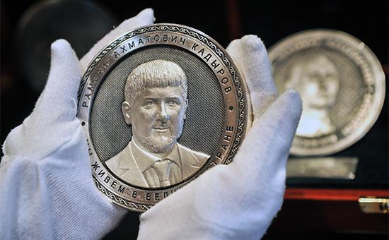 Серебряная монета-медаль с изображением главы Чечни Рамзана Кадырова из коллекции «Созидатели России» на фабрике «Оружейник»