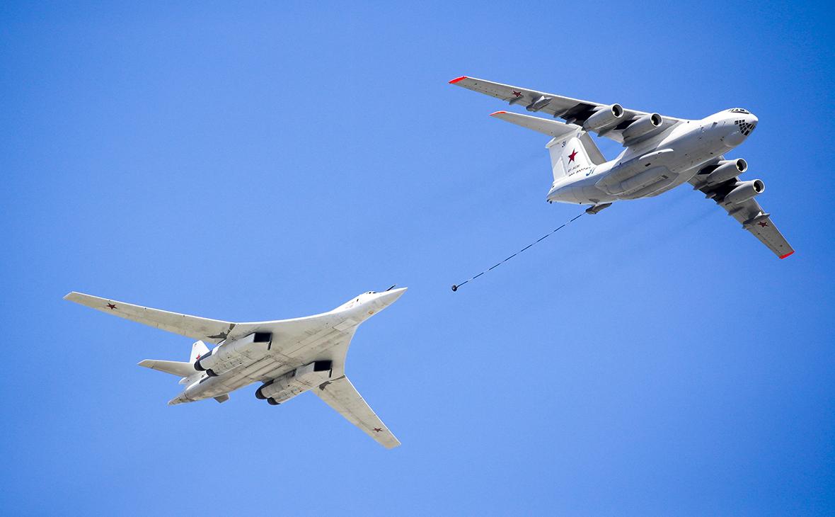 Стратегический бомбардировщик Ту-160 и самолет-заправщик Ил-78