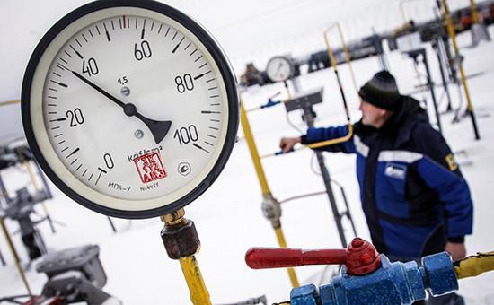 Рабочий на крановом узле магистрального газопровода