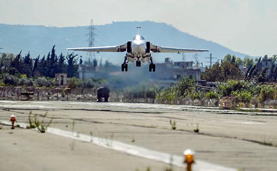 Бомбардировщик Су-24 Воздушно-космических сил РФ совершает посадку на авиабазе Хмеймим в Сирии