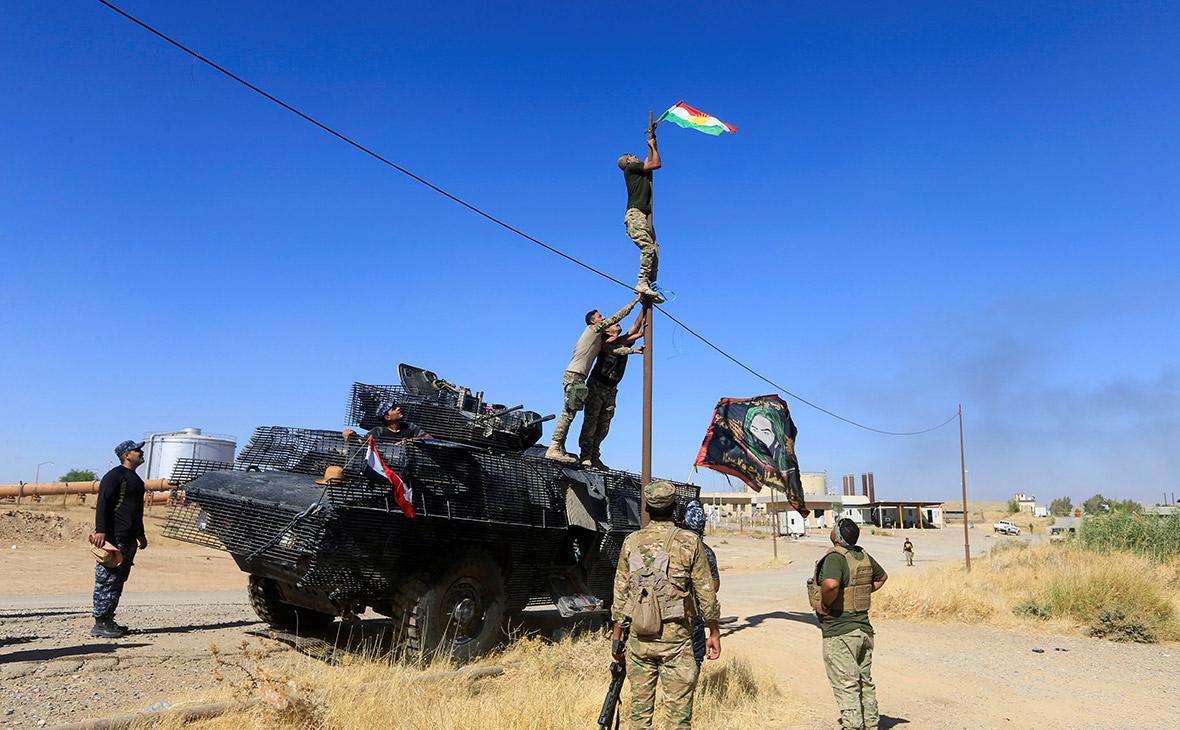 Иракские солдаты снимают курдский флаг