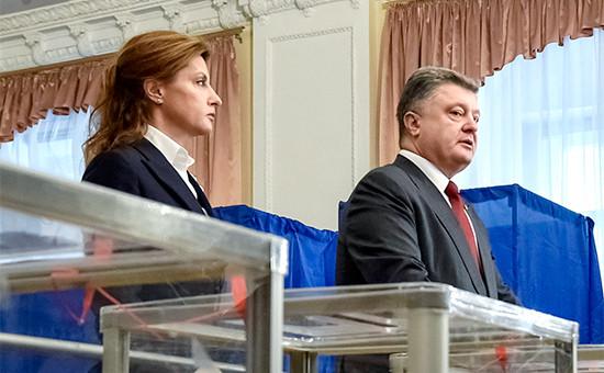 Президент Украины Петр Порошенко с супругой Мариной во время голосования на выборах в органы местного самоуправления на одном из избирательных участков Киева