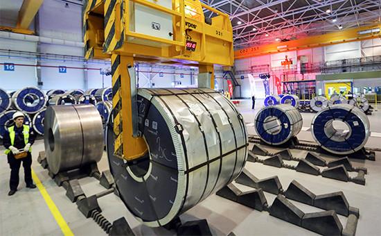 Рабочий вцехе производства сварной заготовки назаводе попереработке металлопроката «Северсталь-СМЦ-Всеволожск»