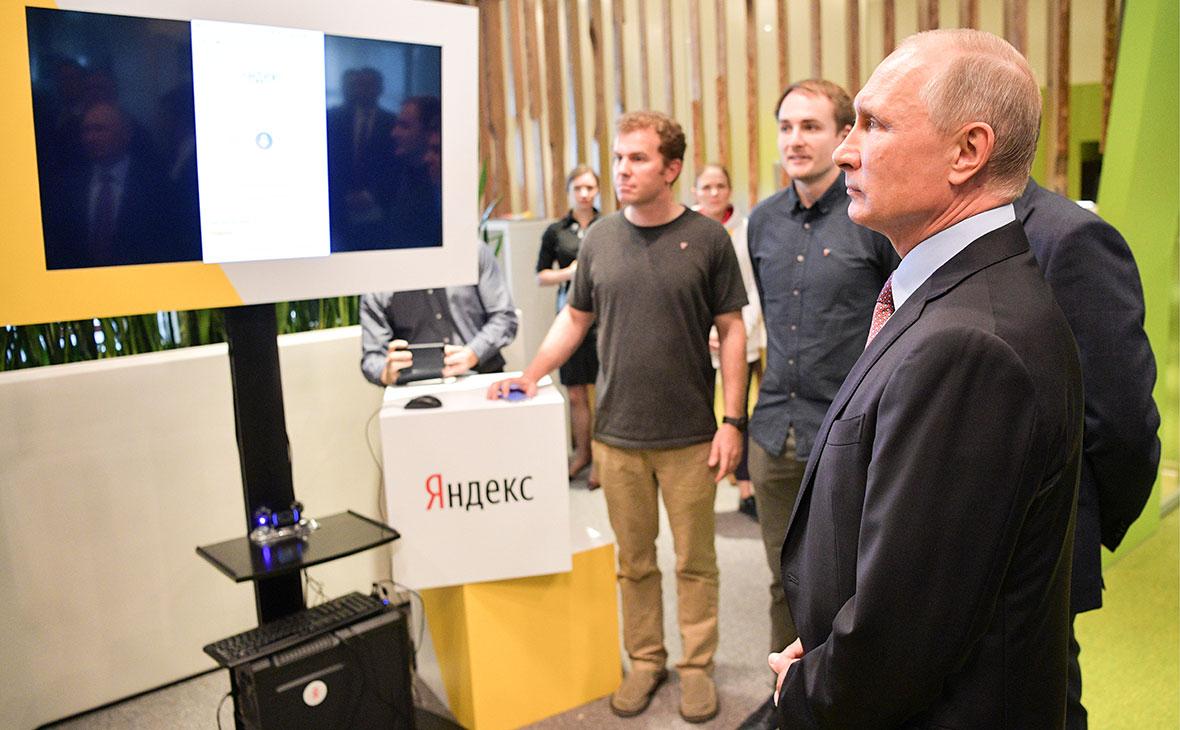 Владимир Путин (справа) во время посещения главного офиса компании «Яндекс»