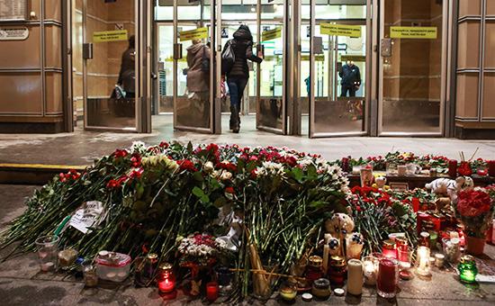 Цветы исвечи у станции метро «Спасская». 3 апреля 2017 года
