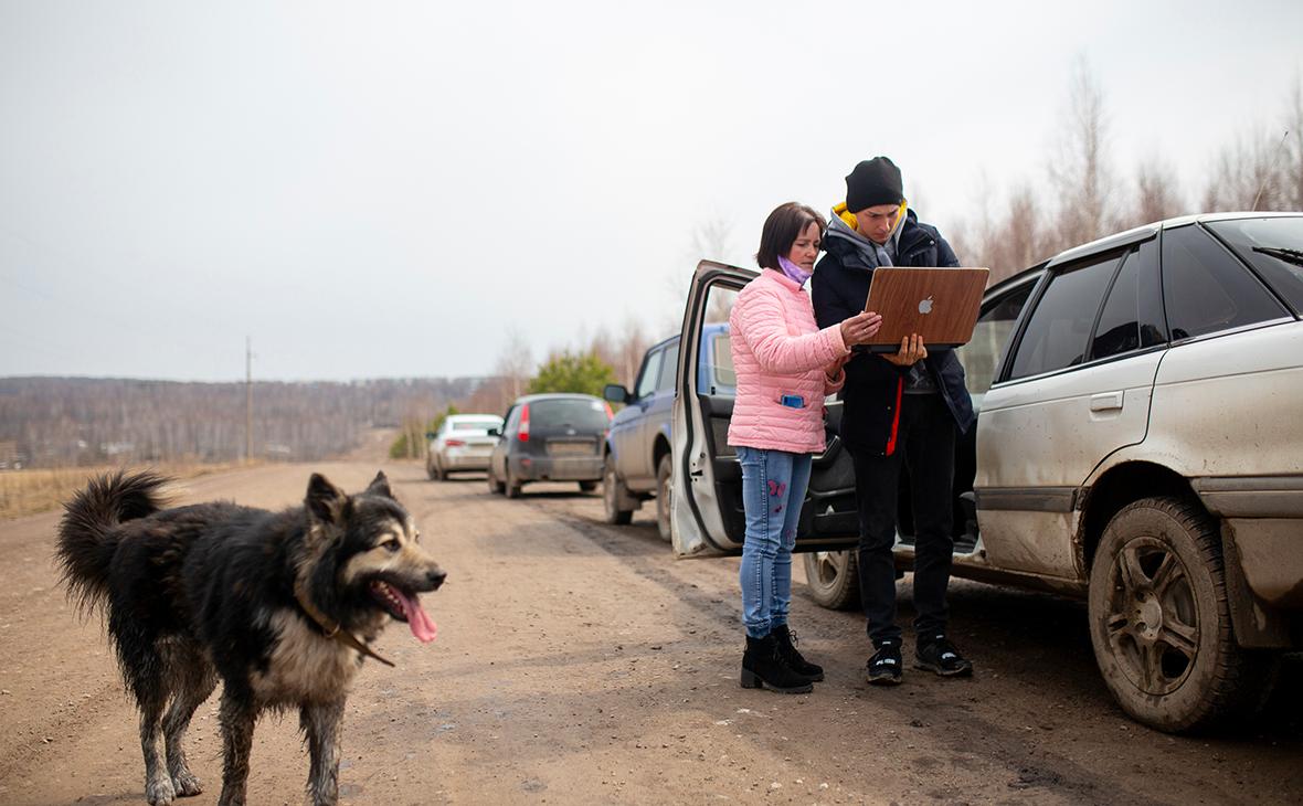 Дистанционное обучение школьников в автомобилях на трассе в Башкирии из-за отсутствия домашнего интернета