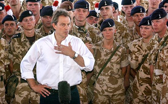 Бывший премьер-министр Великобритании Тони Блэр вместе своеннослужащими вИраке, май 2003 года