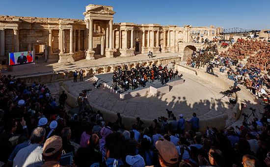 Во время концерта «С молитвой оПальмире. Музыка оживляет древние стены» симфонического оркестра Мариинского театра наплощадке Римского амфитеатра, 5мая 2016 года