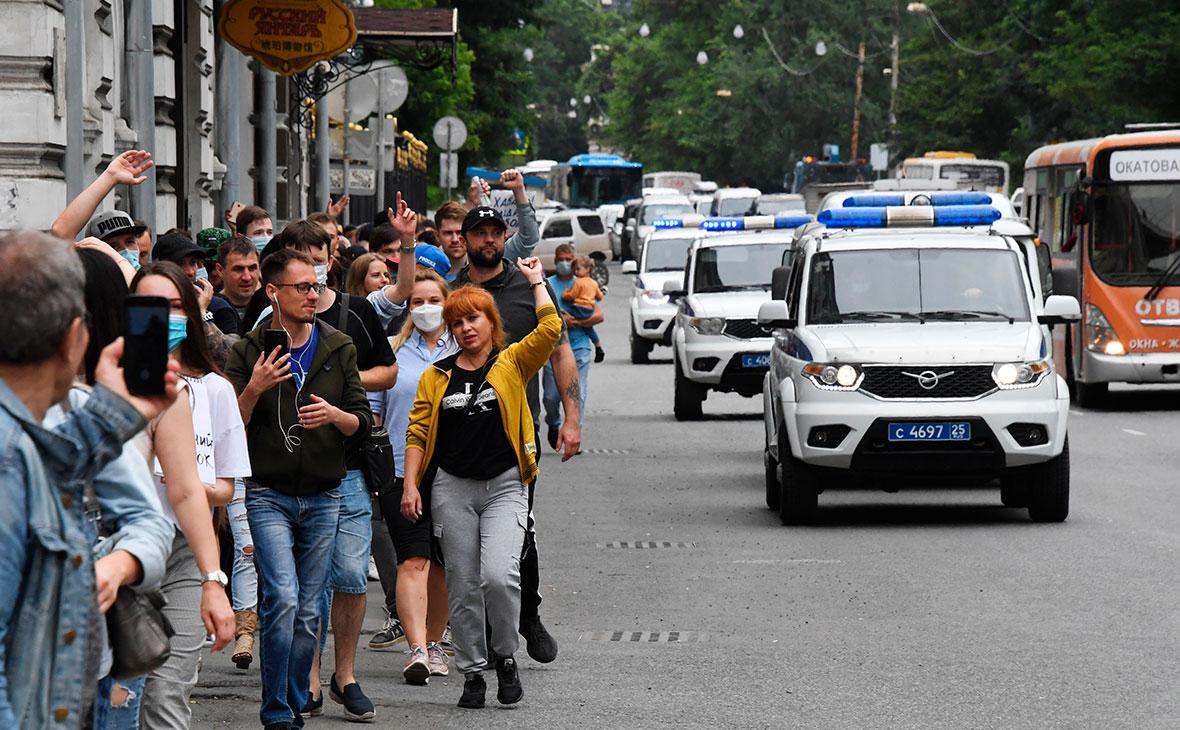 Машины полиции сопровождают участников несанкционированной акции в поддержку арестованного губернатора Хабаровского края Сергея Фургала