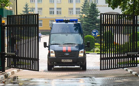 Автомобиль Следственного комитета РФ выезжает стерритории центрального офиса Федеральной таможенной службы