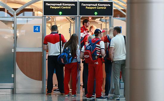 Члены олимпийской сборной России проходят паспортный контроль вовремя проводов олимпийской сборной России вРио-де-Жанейро ваэропорту Шереметьево. 28 июля 2016 года