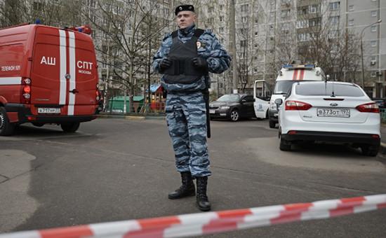 Сотрудник правоохранительных органов у жилого дома наюге Москвы, гдебыли обнаружены оружие ибоеприпасы, 22 апреля 2016 года