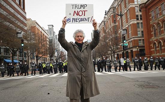 Участник акции протеста во время инаугурации Дональда Трампа