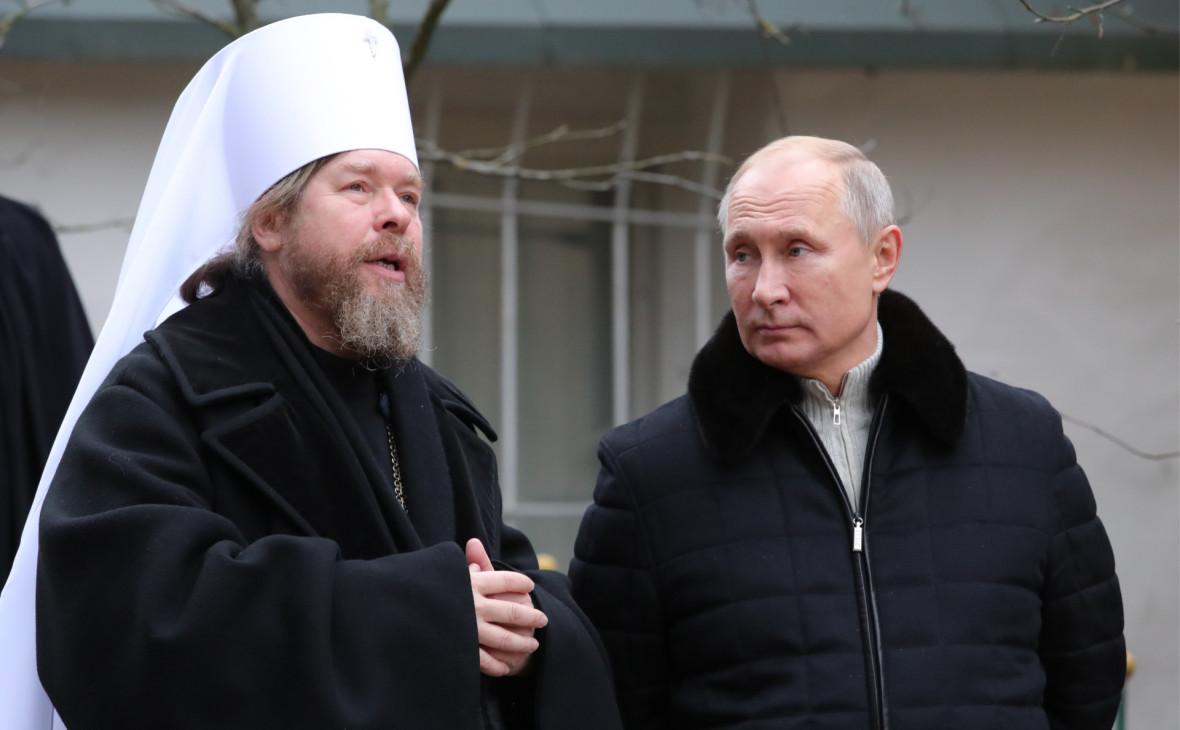 Митрополит Тихон (слева) иВладимир Путин (справа)