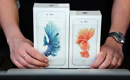 Продавец демонстрирует новые смартфоны Apple iPhone 6s иiPhone 6s Plus