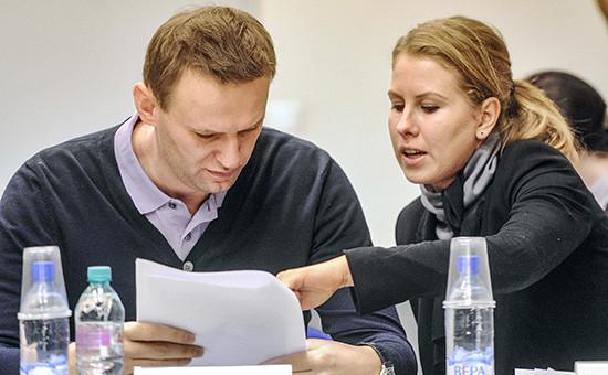 Оппозиционер Алексей Навальный (слева) и юрист ФБК Любовь Соболь