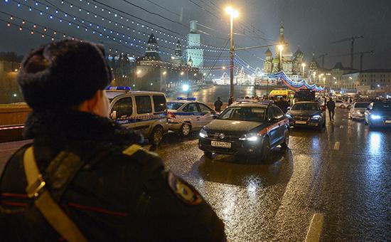 Полицейские машины на месте убийства политика Бориса Немцова, который был застрелен на Москворецком мосту