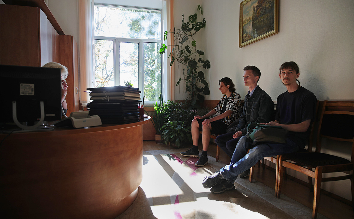 Студенты, ранее задержанные за участие в акциях протеста, в приёмной ректора Минского лингвистического университета